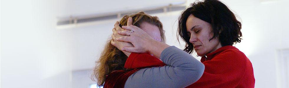 Marion und Petronela Hände am Kopf